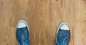 schoenen op houten vloer